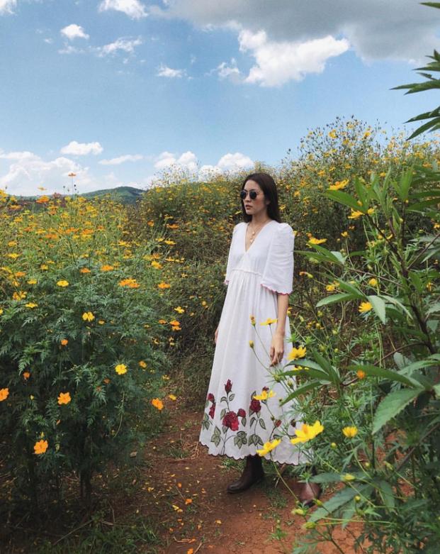 Tăng Thanh Hà 'đốn tim' fan với loạt ảnh đẹp như tranh vẽ giữa rừng hoa dã quỳ - Ảnh 1