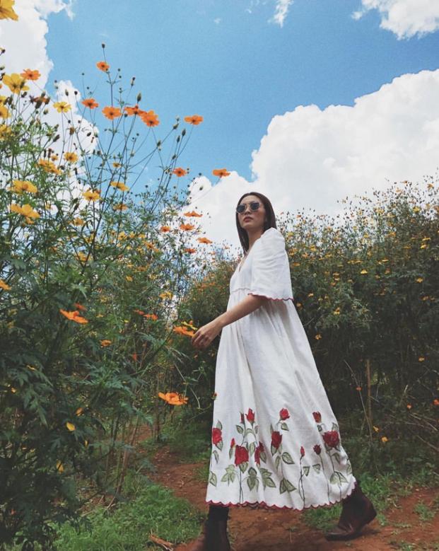 Tăng Thanh Hà 'đốn tim' fan với loạt ảnh đẹp như tranh vẽ giữa rừng hoa dã quỳ - Ảnh 4