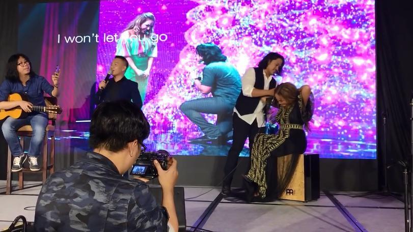 Bạn trai kém 12 tuổi khóc rưng rức khi được Thanh Hà cầu hôn ngay trên sân khấu - Ảnh 1