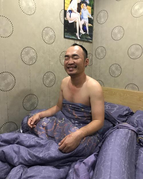 Sáng thức giấc, Thu Trang sợ giật bắn người khi thấy Tiến Luật quấn chăn và hành động kỳ lạ - Ảnh 1