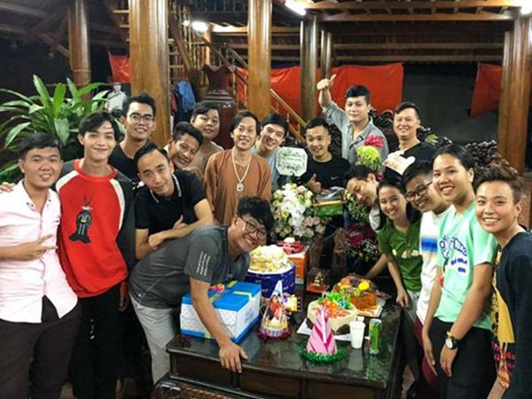Bữa tiệc sinh nhật giản dị hết cỡ của Hoài Linh ngay sân nhà thờ Tổ