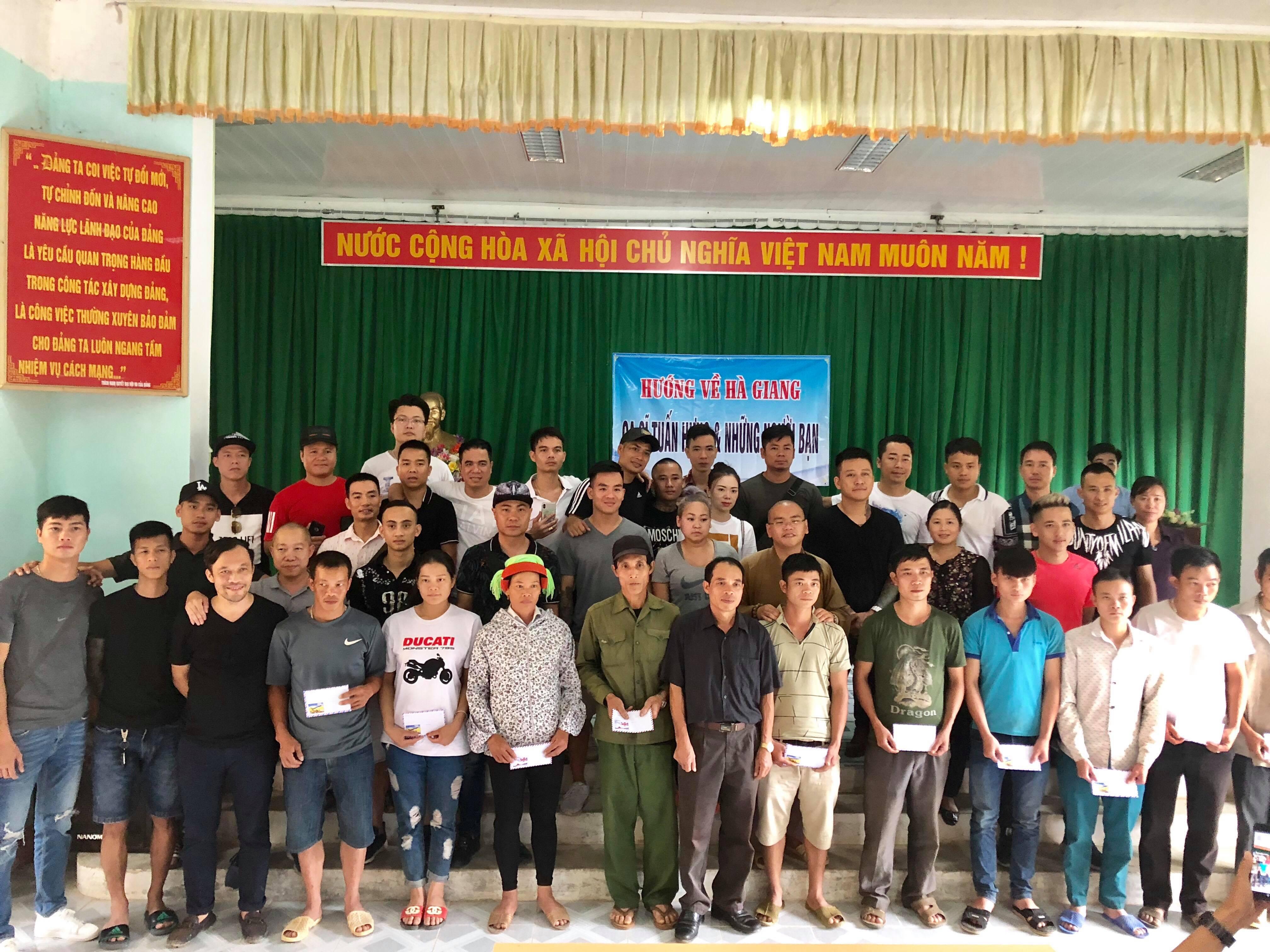 Bùn lún hơn nửa bánh xe, Tuấn Hưng cùng bạn bè vẫn lên Hà Giang giúp đỡ đồng bào trong đêm - Ảnh 3