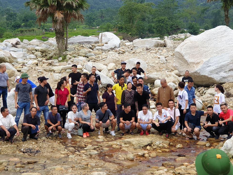 Bùn lún hơn nửa bánh xe, Tuấn Hưng cùng bạn bè vẫn lên Hà Giang giúp đỡ đồng bào trong đêm - Ảnh 5