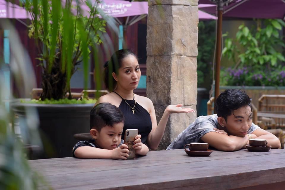Bộ ảnh vợ chồng Khánh Thi - Phan Hiển vô tư tình tứ trước mặt con trai gây sốt mạng xã hội - Ảnh 2