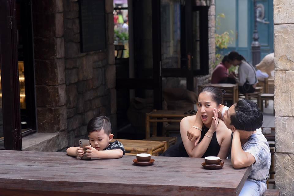Bộ ảnh vợ chồng Khánh Thi - Phan Hiển vô tư tình tứ trước mặt con trai gây sốt mạng xã hội - Ảnh 3