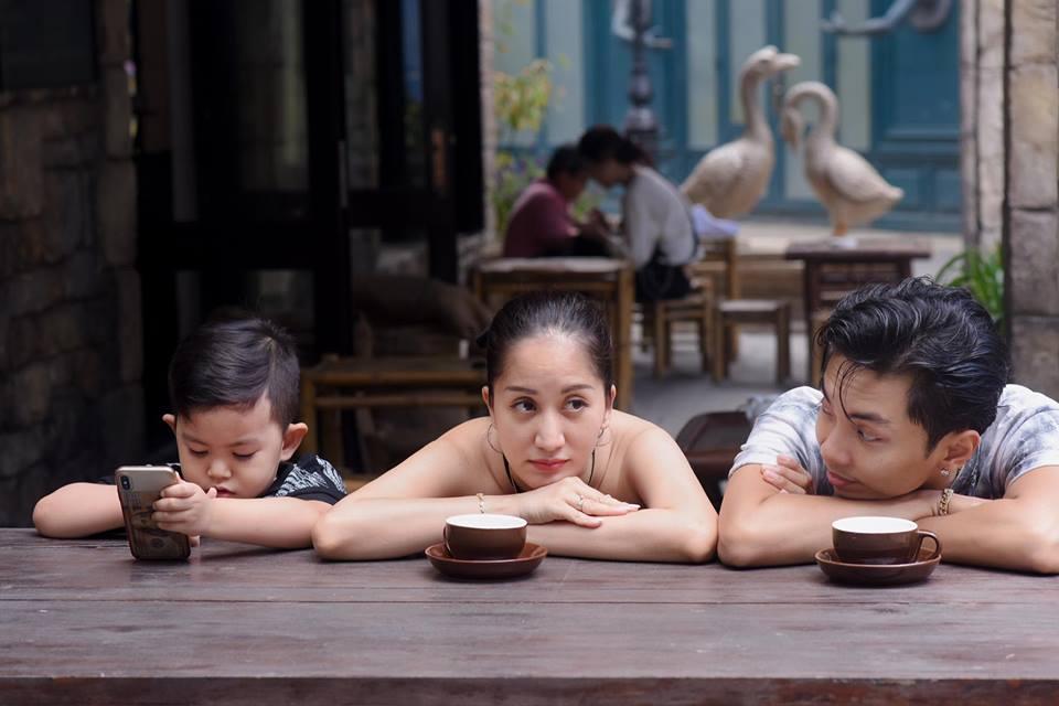 Bộ ảnh vợ chồng Khánh Thi - Phan Hiển vô tư tình tứ trước mặt con trai gây sốt mạng xã hội - Ảnh 4