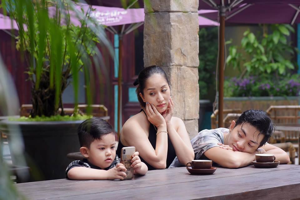 Bộ ảnh vợ chồng Khánh Thi - Phan Hiển vô tư tình tứ trước mặt con trai gây sốt mạng xã hội - Ảnh 5