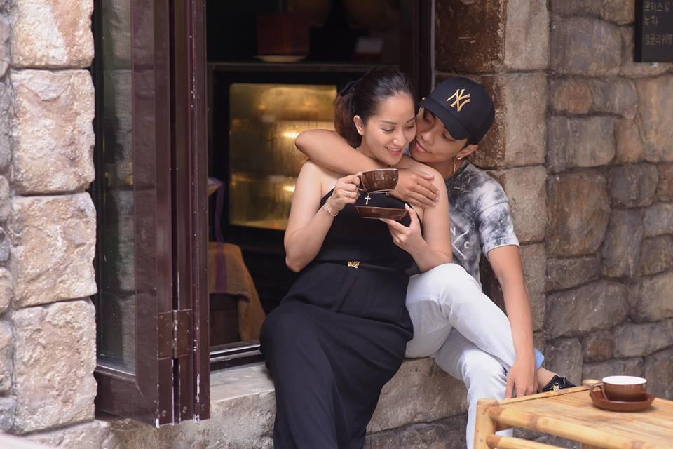 Bộ ảnh vợ chồng Khánh Thi - Phan Hiển vô tư tình tứ trước mặt con trai gây sốt mạng xã hội - Ảnh 6
