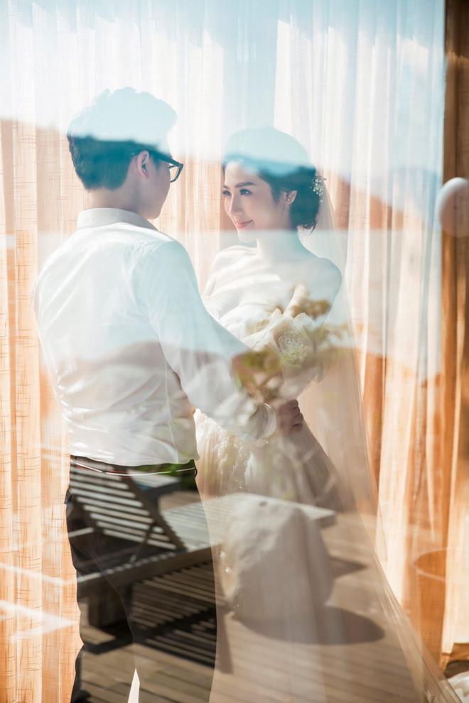 Bất chấp ồn ào với Văn Mai Hương, vợ chồng Á hậu Tú Anh tung ảnh hôn nhau đắm đuối trước thềm đám cưới - Ảnh 4