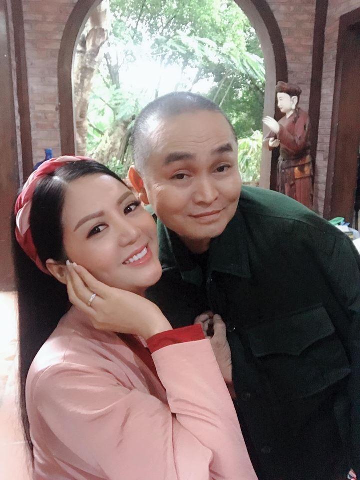 Vợ Thứ trưởng Bộ Tài Chính bất ngờ xuất hiện thân thiết bên danh hài Xuân Hinh - Ảnh 2