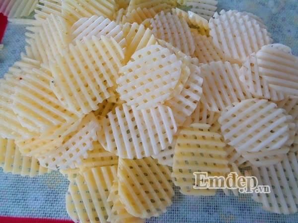 Mẹ tự làm bim bim khoai tây lưới cho con ăn dần - Ảnh 2