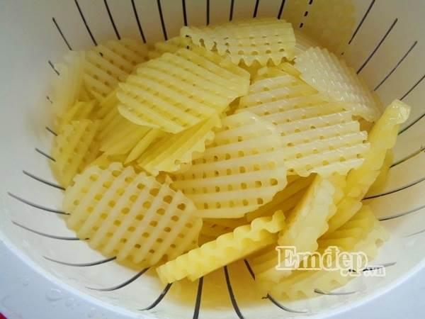 Mẹ tự làm bim bim khoai tây lưới cho con ăn dần - Ảnh 4