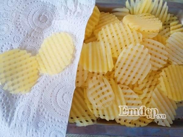 Mẹ tự làm bim bim khoai tây lưới cho con ăn dần - Ảnh 5