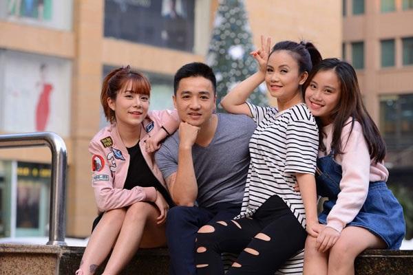 Nữ diễn viên, nghệ sĩ hài Hoàng Yến (áo kẻ) bên cạnh chồng trẻ và hai con gái lớn