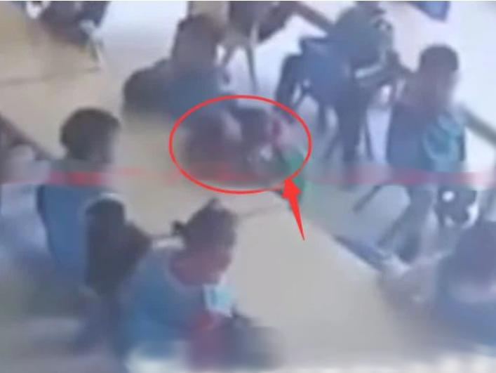 Cậu bé 3 tuổi ngủ gục trong giờ ăn trưa, camera ghi lại sự vô tâm của giáo viên dẫn đến cái chết của trò