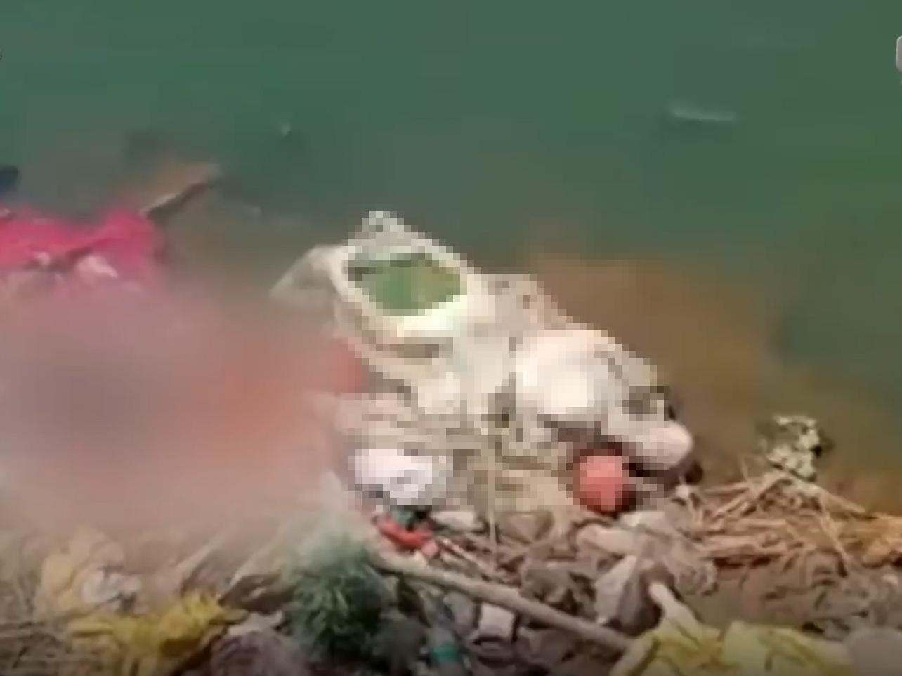 Tài xế xe cứu thương lén lút vứt hàng loạt thi thể bệnh nhân Covid-19 xuống sông Hằng một cách vô cảm, cộng đồng Ấn Độ phẫn nộ tột cùng - Ảnh 1
