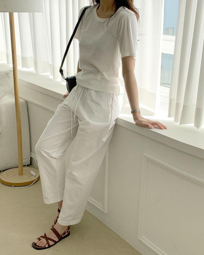 Hè diện quần trắng cho mát nhưng để sành điệu không chê được điểm nào, bạn nên ghim 12 cách mặc của gái Hàn - Ảnh 10