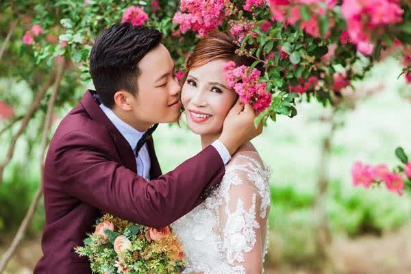 Vừa khoe gương mặt đã khỏi bị lệch, cô dâu Cao Bằng 64 tuổi lại hé lộ hình ảnh cho thấy mối quan hệ của chồng 'phi công' với con gái riêng của vợ - Ảnh 1