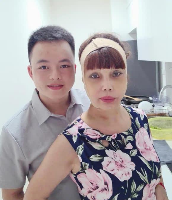 Vừa khoe gương mặt đã khỏi bị lệch, cô dâu Cao Bằng 64 tuổi lại hé lộ hình ảnh cho thấy mối quan hệ của chồng 'phi công' với con gái riêng của vợ - Ảnh 2