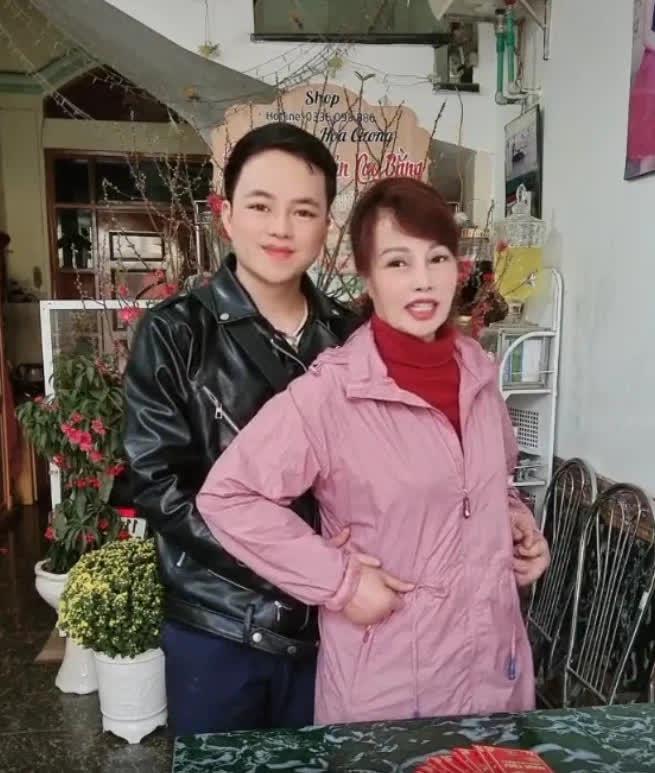 Vừa khoe gương mặt đã khỏi bị lệch, cô dâu Cao Bằng 64 tuổi lại hé lộ hình ảnh cho thấy mối quan hệ của chồng 'phi công' với con gái riêng của vợ - Ảnh 4