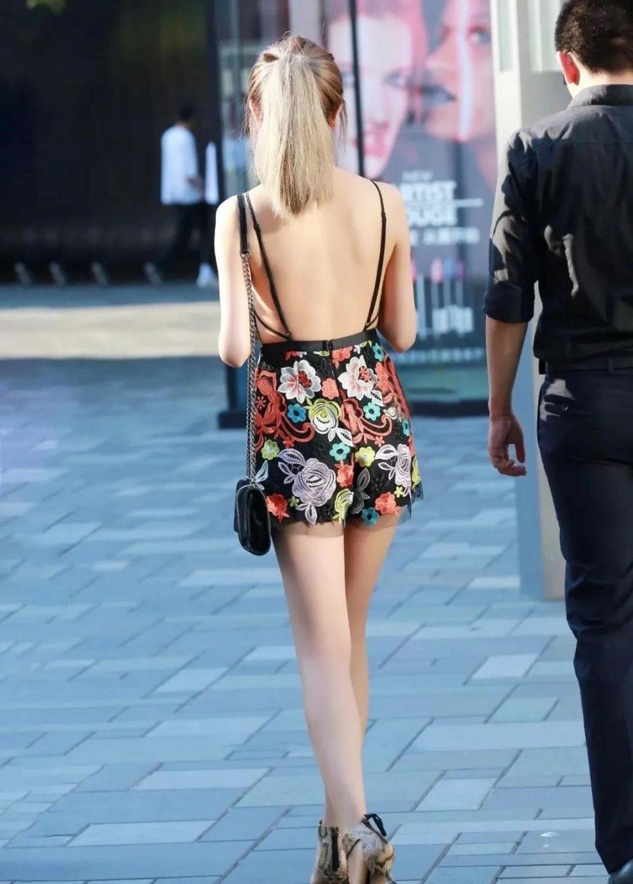 Váy hở lưng thời thượng được nhiều 'bóng hồng' săn đón bỗng trở thành thảm họa thời trang đường phố - Ảnh 10