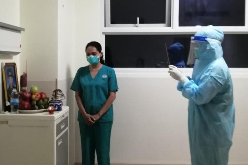 Xót xa trước hoàn cảnh những nhân viên y tế đi chống dịch không thể về nhà chịu tang người thân - Ảnh 1