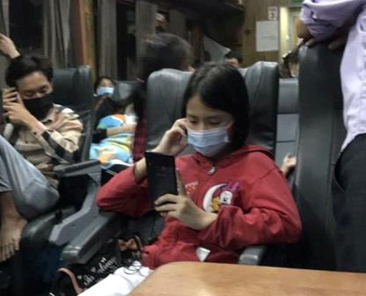 Người thân đi cách ly, bé gái 11 tuổi ở nhà trọ 1 mình suốt 24 ngày, ai cho gì ăn nấy, mẹ ruột mừng rỡ khi con được lên tàu về quê Hà Tĩnh - Ảnh 2