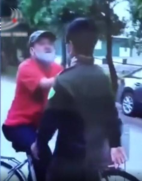 Bị nhắc nhở đeo khẩu trang, người đàn ông luôn miệng chửi tục, hung hăng tát vào mặt thành viên chốt kiểm soát  - Ảnh 1