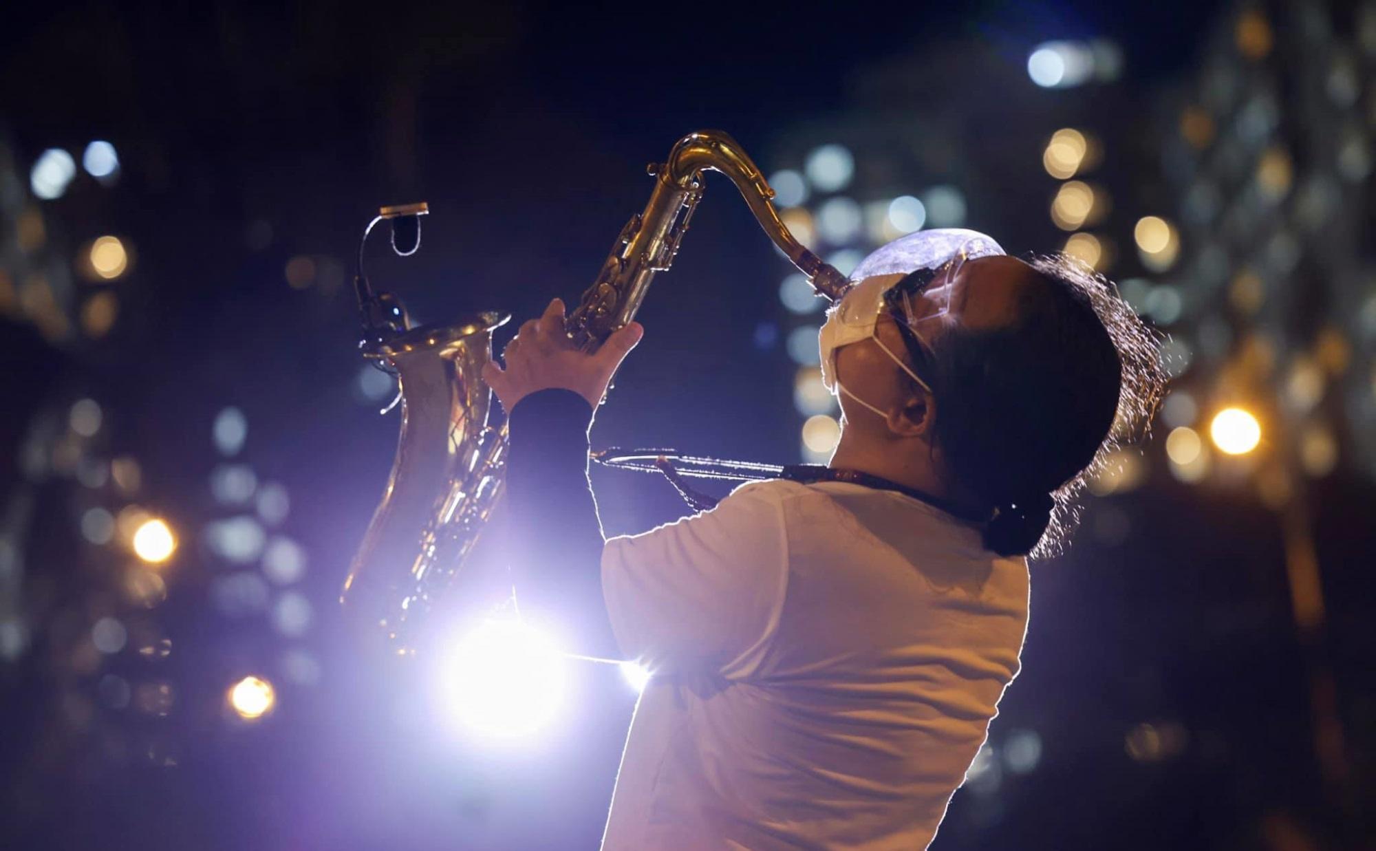 Nghệ sĩ saxophone Trần Mạnh Tuấn mang khẩu trang, biểu diễn động viên tinh thần tại Bệnh viện dã chiến thu dung số 3 - Ảnh 2
