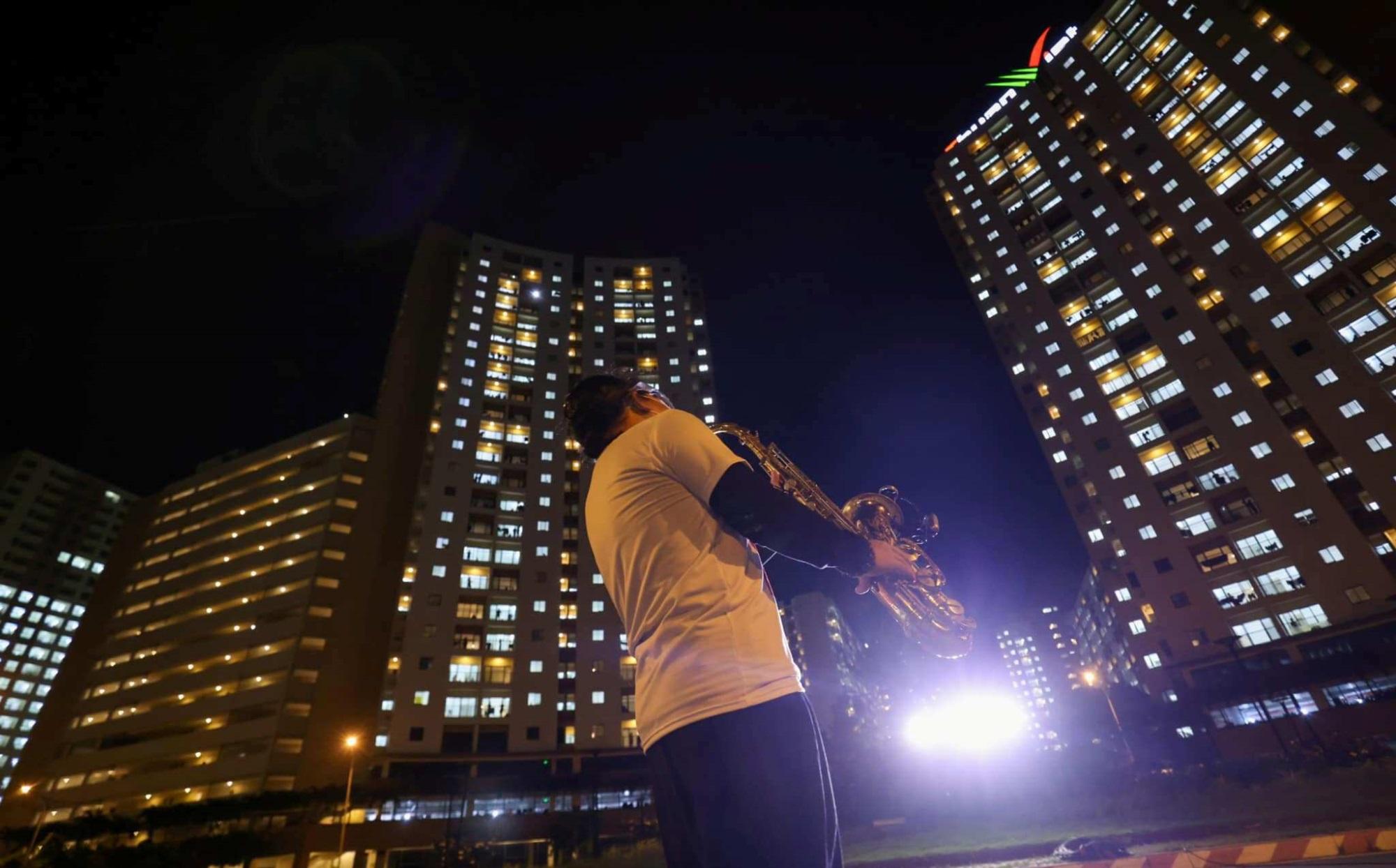 Nghệ sĩ saxophone Trần Mạnh Tuấn mang khẩu trang, biểu diễn động viên tinh thần tại Bệnh viện dã chiến thu dung số 3 - Ảnh 1