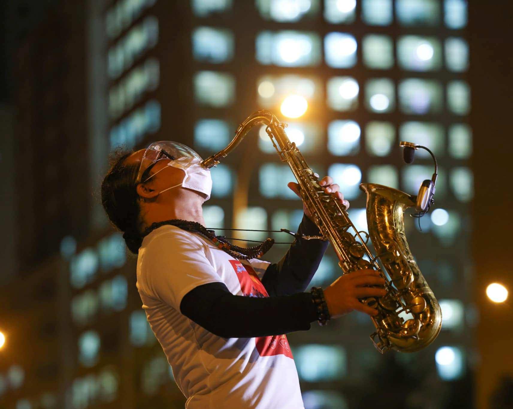 Nghệ sĩ saxophone Trần Mạnh Tuấn mang khẩu trang, biểu diễn động viên tinh thần tại Bệnh viện dã chiến thu dung số 3 - Ảnh 3