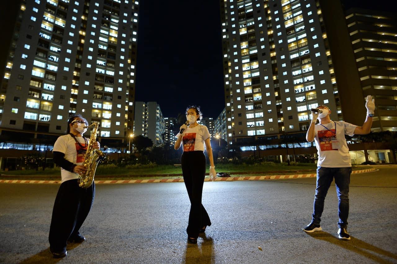 Nghệ sĩ saxophone Trần Mạnh Tuấn mang khẩu trang, biểu diễn động viên tinh thần tại Bệnh viện dã chiến thu dung số 3 - Ảnh 5