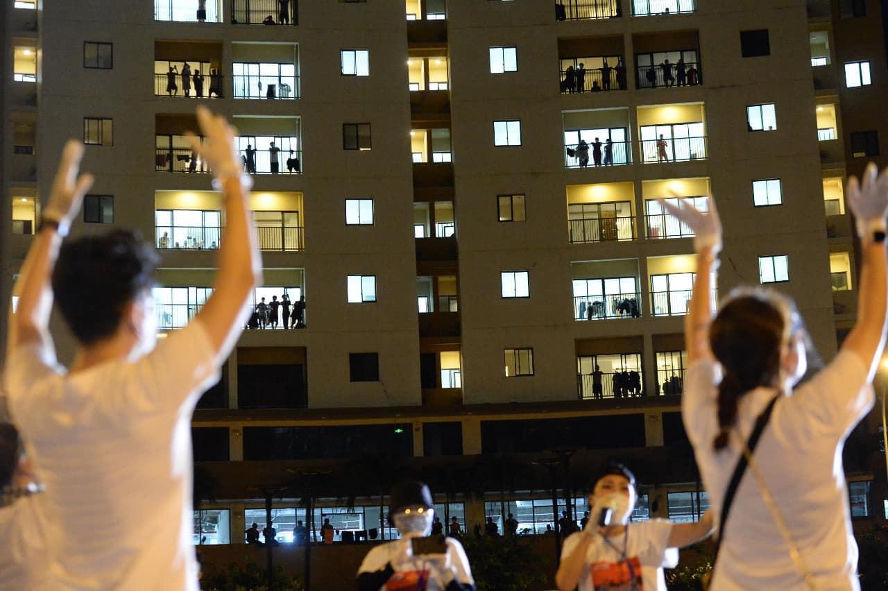 Nghệ sĩ saxophone Trần Mạnh Tuấn mang khẩu trang, biểu diễn động viên tinh thần tại Bệnh viện dã chiến thu dung số 3 - Ảnh 7