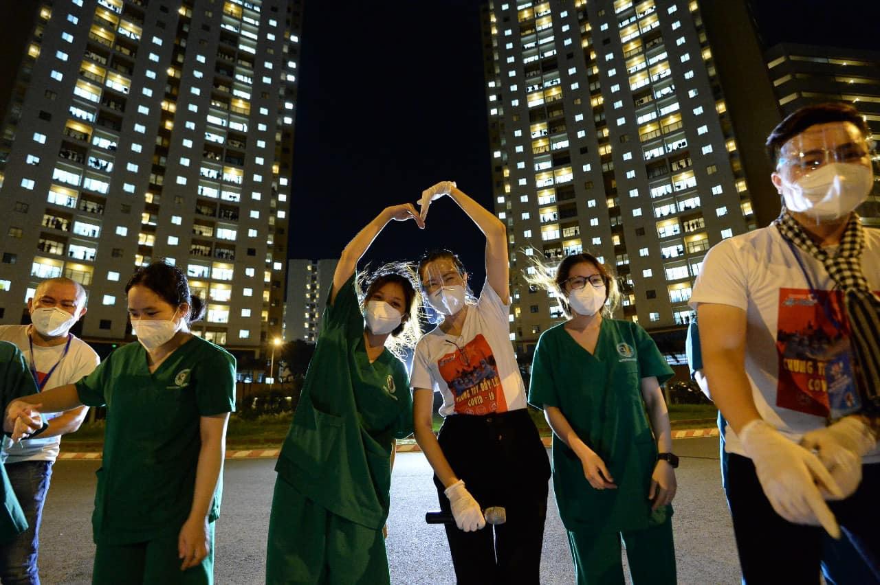 Nghệ sĩ saxophone Trần Mạnh Tuấn mang khẩu trang, biểu diễn động viên tinh thần tại Bệnh viện dã chiến thu dung số 3 - Ảnh 8