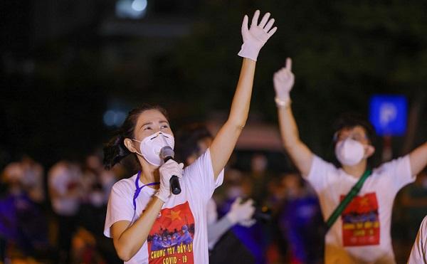 Nghệ sĩ saxophone Trần Mạnh Tuấn mang khẩu trang, biểu diễn động viên tinh thần tại Bệnh viện dã chiến thu dung số 3 - Ảnh 4