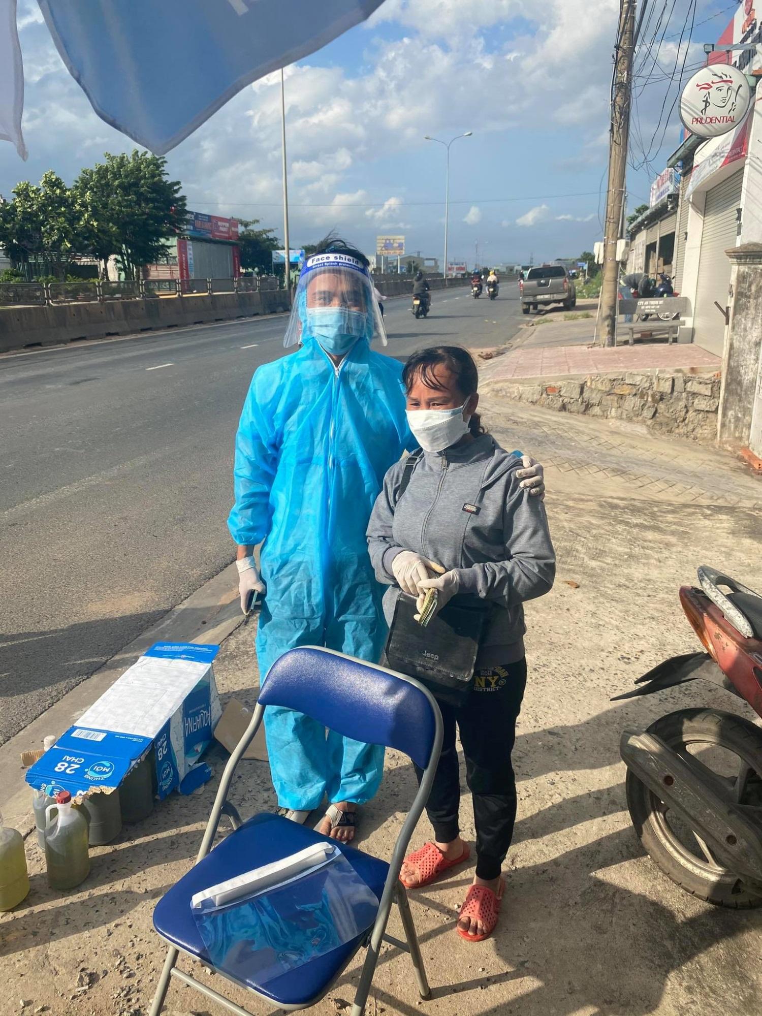 Bất ngờ danh tính người phụ nữ 'thơm thảo' mang dép lê, ôm cọc tiền phát cho bà con đi xe máy về quê tránh dịch - Ảnh 2