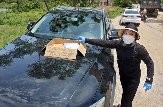 Chị gái Nghệ An phát phong bì tiền 'dày cộp' cho người dân về quê tránh dịch gây 'bão' mạng: 'Tôi muốn lặng lẽ làm' - Ảnh 3