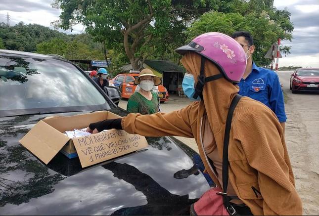 Chị gái Nghệ An phát phong bì tiền 'dày cộp' cho người dân về quê tránh dịch gây 'bão' mạng: 'Tôi muốn lặng lẽ làm' - Ảnh 2
