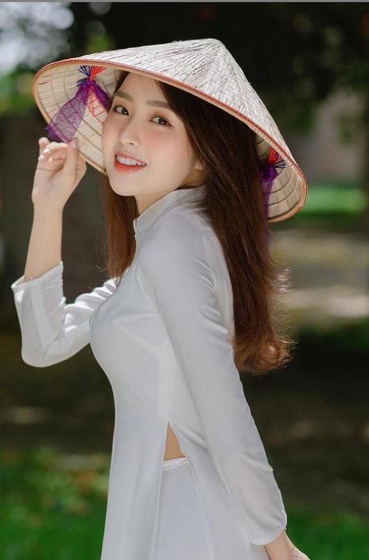 Chọn phải chiếc áo 'phản chủ', hot girl Lê Phương Anh bất ngờ khi vòng 1 'đi chơi xa' trong livestream mới nhất  - Ảnh 1