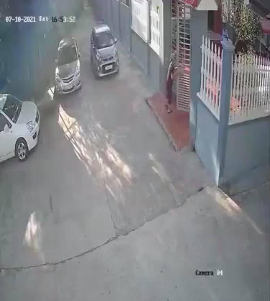 Rơi trúng 'điểm mù', người phụ nữ lộn vòng trước đầu ôtô khiến ai nấy khiếp vía và cái kết bất ngờ - Ảnh 3