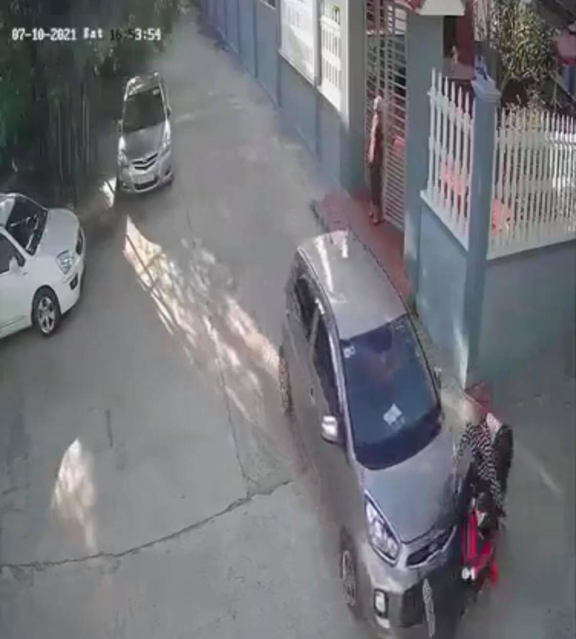 Rơi trúng 'điểm mù', người phụ nữ lộn vòng trước đầu ôtô khiến ai nấy khiếp vía và cái kết bất ngờ - Ảnh 4