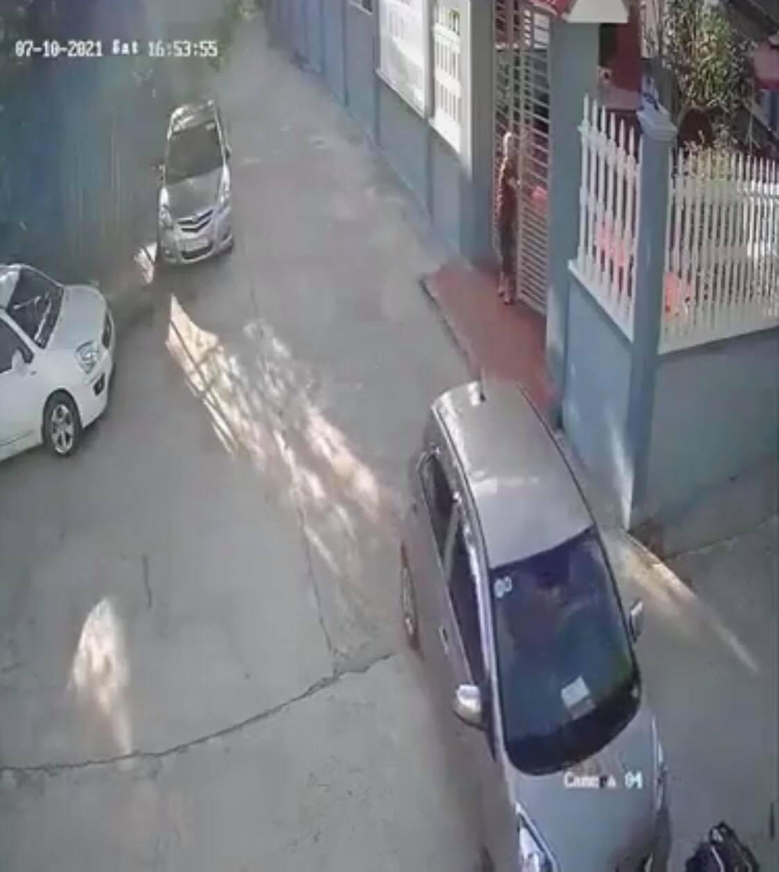 Rơi trúng 'điểm mù', người phụ nữ lộn vòng trước đầu ôtô khiến ai nấy khiếp vía và cái kết bất ngờ - Ảnh 5