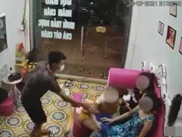 Thanh niên trơ tráo đưa bàn tay hư 'đụng chạm' vòng 1 của bà chủ tiệm nail rồi bỏ đi, tự nhiên như không có người - Ảnh 2