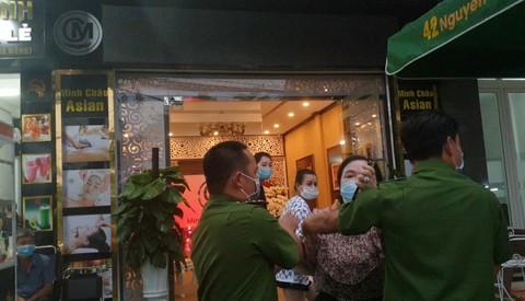 Một phóng viên bị hành hung khi đưa tin vụ nghệ sĩ tụ tập khai trương thẩm mỹ viện giữa mùa dịch - Ảnh 2