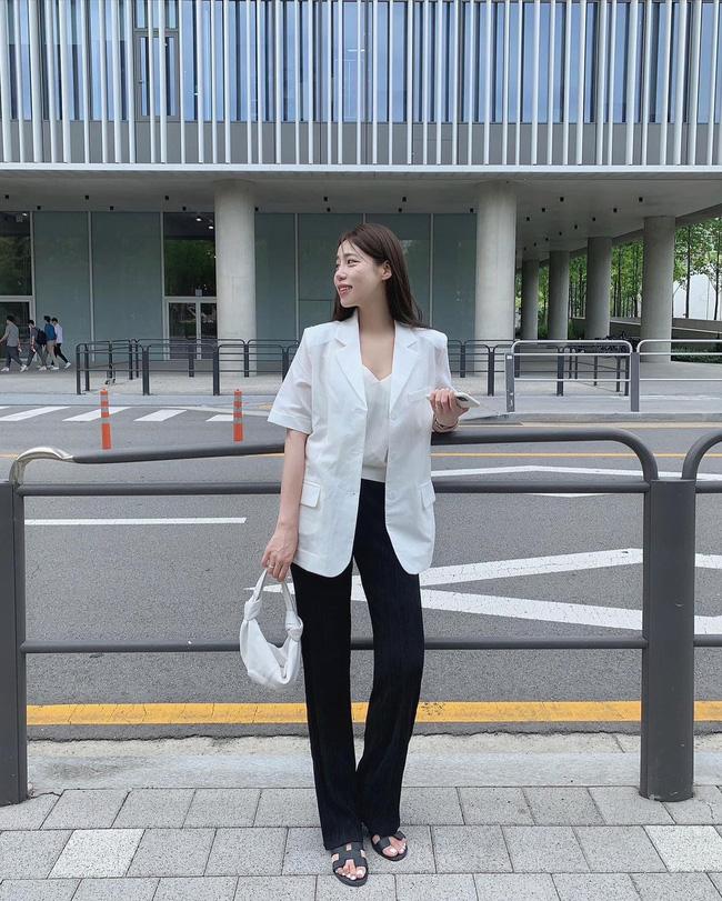 Gái Hàn chuyên diện quần đen đơn giản nhưng luôn đạt điểm 10 sành điệu nhờ loạt cách mix 'cao tay' - Ảnh 6