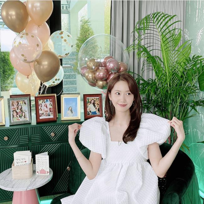 Diện váy trắng là trẻ xinh nhất, nhưng nhìn bộ váy mà Yoona diện thì nên suy nghĩ lại - Ảnh 1