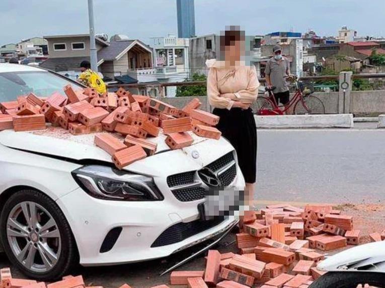 Bị xích lô tông trúng, xe sang móp méo trong đống gạch chồng chất, thái độ sau cùng của nữ tài xế xe sang khiến cư dân mạng 'há hốc'
