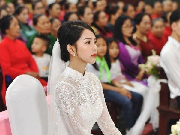 Cô dâu nhà Phan Mạnh Quỳnh diện áo cưới đính 8.000 viên đá swarovski trong đám cưới hoành tráng như cổ tích