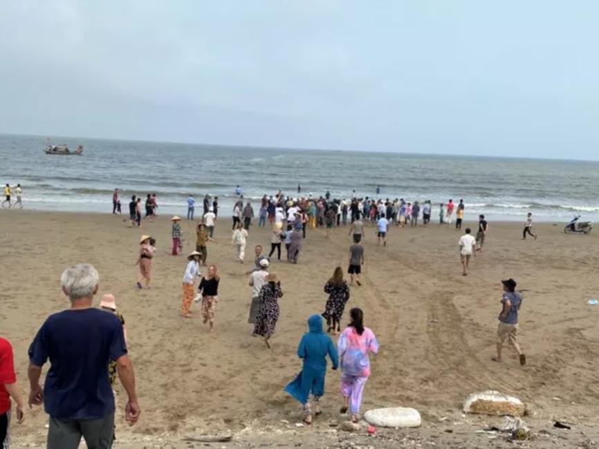 Đi tắm biển, 4 học sinh lớp 6 đuối nước mất tích, đã tìm thấy thi thể 1 em