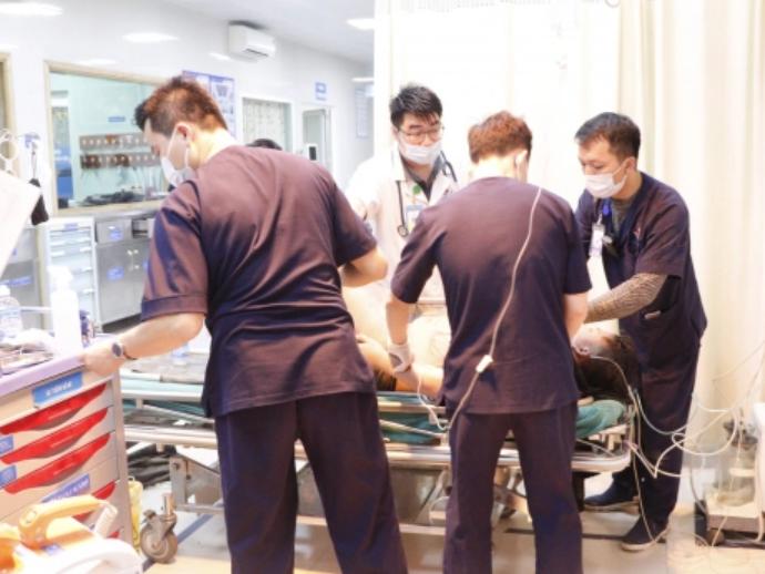 Một người bị điện giật nghiêm trọng, bỏng toàn bộ chân trái, bác sĩ chỉ cách sơ cứu đúng nhất khi trời mưa